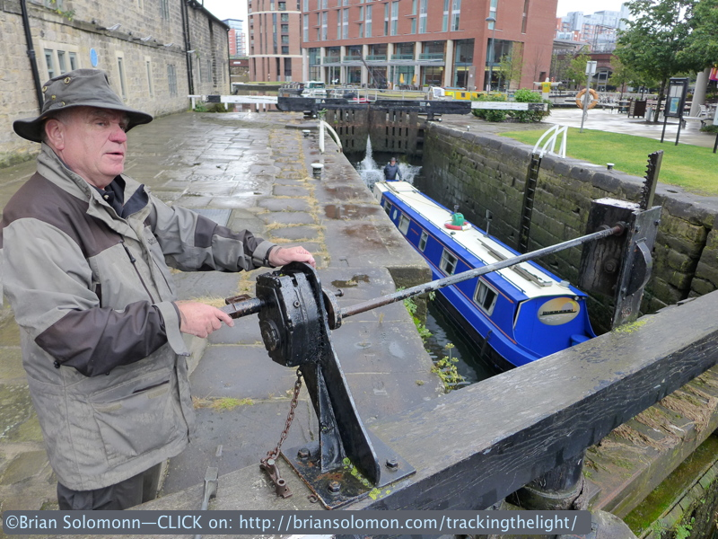 Canal_boat_in_Lock_with_lockman_P1040760
