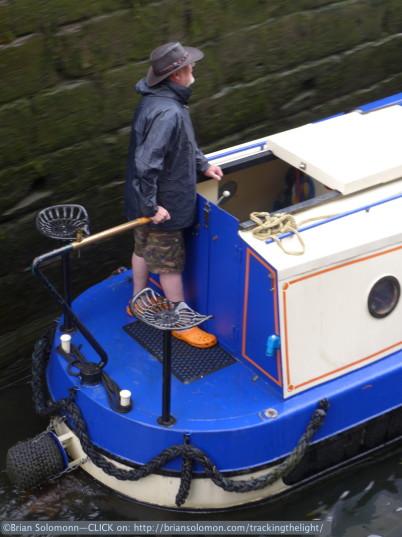 Navigating_the_lock_Leeds_2_pan_P1040775