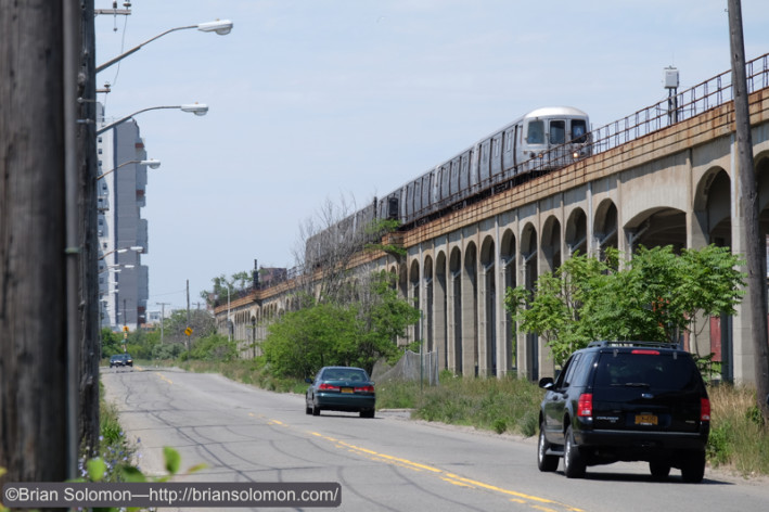 An outbound A train rattles along on the elevated. Fujifilm X-T1 photo.